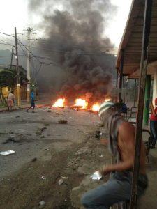 Huelga paraliza municipio de Cambita Garabito en demanda de obras y contra apagones